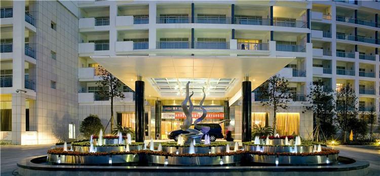 文章导读:该度假酒店设计与黄山壮观的自然景色相得益彰,酒店外面蜿蜒的行车道和砂石路体现了融入自然的欧式风格。中式徽派建筑将人们带入到一个充满诗情的世界,让人们不自觉的放松,进入到度假的氛围。     在酒店的大堂中,木板搭成舒适的座椅,墙上绘着精美的纹理图案,植物也经过精心的打理和修剪,地上铺着抛光的石板,家具也是特殊定制的,象征着人类对自然既尊重、又渴望将其征服的心理。再加上木纹、皮革和异国情调的现代家具,一个豪华的高尔夫度假酒店诞生了。      酒店客房同样设计得丰富多彩。浴室的滑动玻璃门上装