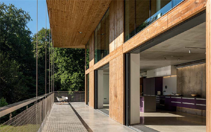 文章导读:坐落在原始森林里的乡村屋,别墅建筑设计主要着墨在一个悬挂式的阳台上。建筑入口层安排在二楼,通过一个可拆卸折叠的钢板桥与外界连通。这是红桥之屋的命名来由之一。  整栋建筑为混凝土结构,三个外立面采用木材包裹,以形成森林屋的温暖气质。剩下的紧邻车道的外立面则覆盖着耐候钢板,氧化的锈红色表面与周围树木相呼应,散发着秋天的婉约气息。