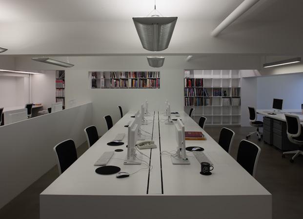 文章导读:办公地址原结构是一个有着4.8米层高的挑高空间,除去梁高,净高4.2米,如何在这样一个固有结构内设置夹层而不显压抑,是办公室设计公司在功能布局规划中需要解决的问题。通过分析研究,设计师选择纯净的白色作为空间主色调,配合合理的空间布局,精确的尺度考量,共同打造了一个极具结构感与线条感的简约优雅的现代风格办公空间。   简洁流畅的线条,超薄楼板、钢板的设计,不仅从结构上勾勒出了空间简约优雅调性,也在一定程序上扩展了空间深度。楼梯踏步极具线条感的设计,成为办公空间造型的一部分。   新办公室装修设计是
