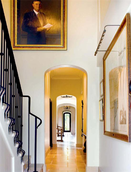 文章导读:这一西班牙式的别墅室内装潢设计出自DDM Designs 之手,一个充满乡村风情的屋顶瓦天花板和一盏古香古色的枝形吊灯在此迎接宾客们的到来。各式的房门、拱门和墙面装饰娓娓诉说着这历经岁月的装饰印象。下面就和勃朗设计小编一起来欣赏这幢经典欧式别墅设计。     餐厅及藏书室内的一块呈角度的天花板解决了尴尬的建筑造型。房间内带有一张Baker Capastan胡桃木桌和覆有Chelsea Textiles英式布艺的Baker Wing Host 椅。被遮挡住的门廊带有一台壁炉,其设计出自建筑师之