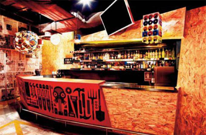 文章导读:ArtBar经过新加坡The Stripe Collective设计事务所的重新设计,他们成功的将艺术涂鸦、绘画融入其中。酒吧设计师希望在这个空间所表达出两个鲜明的主题随性与叛逆,通过视觉和音乐的混合,令顾客感到一种迷幻又新鲜的体验,ArtBar的Cool将会是永久持续的,甚至让你忘记如何回家。今天勃朗设计小编要与大家分享的就是新加坡嘻哈艺术ArtBar时尚前卫的音乐酒吧设计案例!   当你踏进酒吧的入口,各种陈旧木板排序而成的墙体与内部简洁、充满科技感的墙面形成反差。在酒吧内你可以看