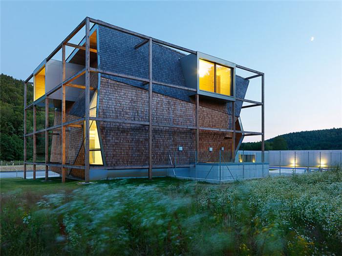 文章导读:这幢不规则的个性办公楼位于维也纳的的奥地利,楼的外部全部有木质材料构造而成,而室内也别有创意,由多角度的墙面组成。下面就同上海勃朗办公设计公司的小编一起欣赏这幢个性的办公楼设计效果图吧!   办公楼是由多个不规则的平面构造而成的,屋顶以脊瓦构成。而矩形的窗户则由铝合金装饰包装起来,四周封闭地向外展开,与整个外观连成一个整体。