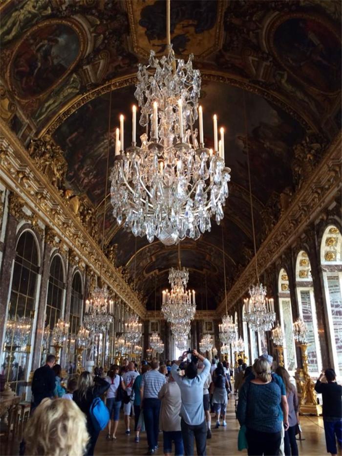 文章导读:回望历史,岁月留给我们的是不仅仅是斑驳的城墙,还有先贤们的智慧力量。虽然宫廷二字在中国已经不复存在,但是过去的皇室居所、今天的历史博物馆依旧有着巨大的吸引力。所以今天小编为大家带来的是BLD勃朗设计主创参观凡尔赛宫,感受设计的艺术魅力! 凡尔赛宫(法文:Chateau de Versailles)位于法国巴黎西南郊外伊夫林省省会凡尔赛镇,是巴黎著名的宫殿之一,也是世界五大宫之一(北京故宫、法国凡尔赛宫、英国白金汉宫、美国白宫、俄罗斯克里姆林宫)。