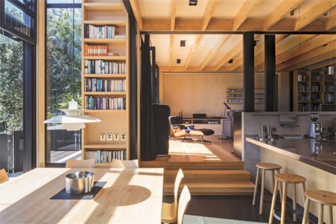 文章导读:这间坐落于奥克兰Takapuna海岸附近的Boatsheds度假别墅,地处于一畔小斜坡的基地上,虽然并没有太大的高低落差,但对于建筑量体的建造规划而言,依然会产生不同层次的高度空间区域,因此别墅设计公司就依傍着斜坡的高度创造出三座不同高低层次的使用空间。   如此规划,不仅可以依据屋主生活情境的机能需求不同,营造出彼此相连但却又各自独立的利落个性,同时也巧妙地递迭渐层变化出度假别墅空间层次的趣味感,更依照环境与建筑量体的比例,创造出室内户外空间彼此协调对话的互动关系,提供屋主全家人和宠物猫咪宛如