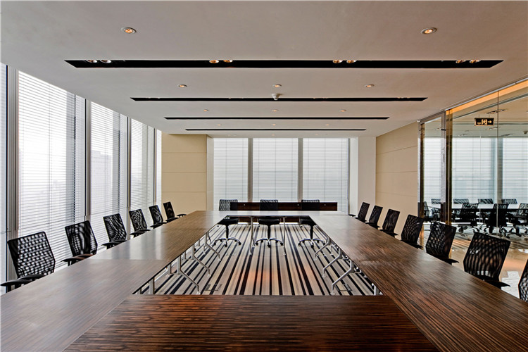 本案办公空间设计现代时尚、开放通透,在表现企业形象与文化的同时,强调其与时俱进的特质。整个办公设计恢弘大气,简约而注重细节,让人为之震撼。进口大理石铺设的地面一气呵成,配上木质桌椅和高雅现代的玻璃装饰,使室内空间时尚之余也不失沉稳大气。玻璃门和玻璃扶梯蕴含现代着前卫设计元素,大量运用简单利落的线条和低调温暖的灯光,营造出一丝不苟、团结和谐的办公氛围。