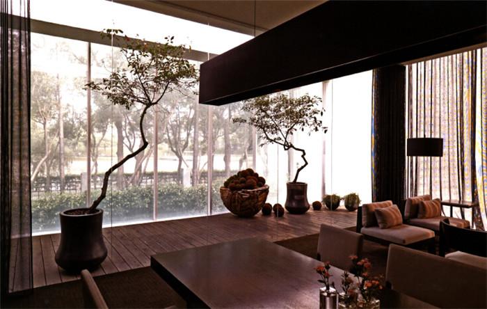 文章导读:台湾天湖售楼部座落于竹北静心湖畔公园,三面环绕着树林以及面对湖面的绝佳视点,让设计师第一眼就决定了建筑的穿透性,为了让视野能更一览无疑的越过围篱,把房子抬高了约一米,于是一个漂浮的发光盒子诞生了。下面就和上海勃朗售楼处设计公司小编一起去感受临湖售楼处的创意设计吧!   而且由于售楼部的外观是不透明的玻璃,整体建物看起来简单,线条简洁,但在简单中,却又保持着神秘低调感,符合建商要求的精致住宅美学。    进入售楼处,所有的空间被独立散落的排列,让每一转身、每个视线都能和屋外的绿意相连。大厅的中央,