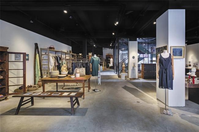 由服装设计师陈季敏所打造的jamei chen另空间,是一个旧仓库改建的展