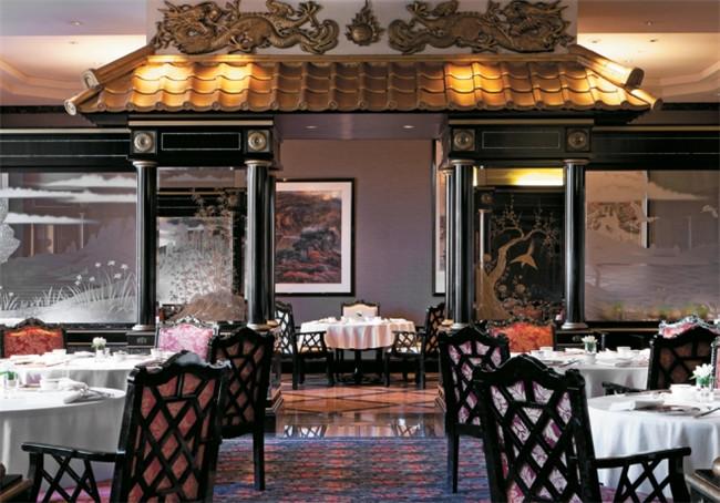 文章导读:于1994年10月开幕的东京威斯汀酒店,一直作为日本顶级豪华酒店设计规划的标杆。下面,上海勃朗酒店设计公司与您分享的就是东京威斯汀五星级酒店设计方案。  Westin东京威斯汀酒店总共规划地上22层、地下5层的建筑量体,共拥有438间客房(包含20间奢华套房)、5间充满空间特色的精致料理餐厅、2间酒吧Lounge和源自巴黎的顶级芳疗Le Spa。饭店旁设计出一个结合日式与欧式风格的酒店私家花园,为宾客们一畔提供一个可以轻松散步与欣赏各式园艺地方。   而在空间风格的设计规划上,大器豪迈的公共空间