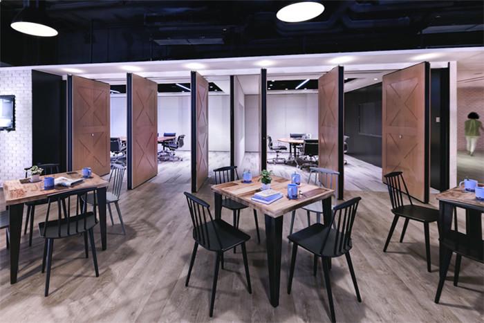 文章导读:Stephenson Harwood律师事务所办公室空间展现其工作性质以及法律的活力。它包括一张台球桌,绿色弯曲壁面和飞镖板区域,还有健身馆供员工锻炼身体。下面,郑州专业办公室设计公司与您分享的就是这个创意办公室设计方案。   办公室的咖啡区很有心意,咖啡的味道充满了这个随意却精致的座位区域refreSH咖啡,SH则代表着Stephenson Harwood。咖啡馆令人放松的环境将律师和顾问们从电脑屏幕和文件夹中解放出来这样的设计可谓别具匠心。   开放办公室区域的树叶壁画为办公区创造了一
