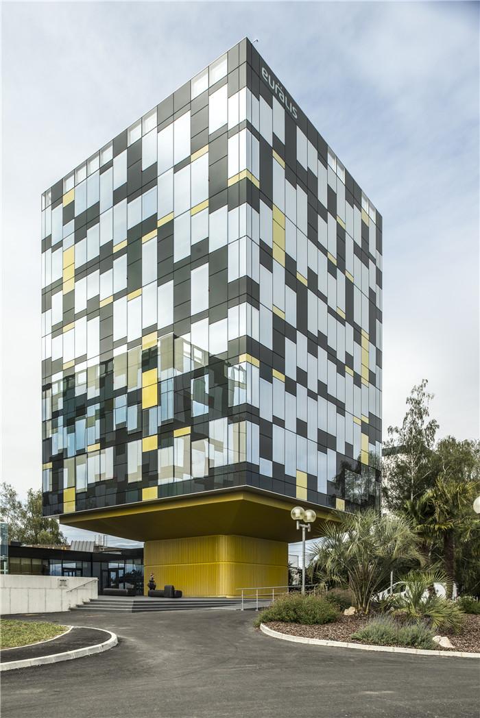 建筑立面展示了环境保护技术与简洁美学.