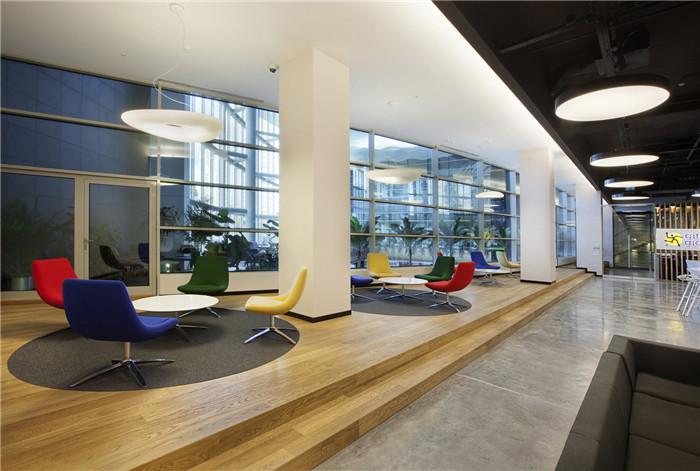 文章导读:E-Bay公司新办公室净高5.3米,内部装饰极具现代办公室的特色,具有很大的灵活性和可变性。下面,上海勃朗办公室设计公司的小编与您分享的就是E-Bay公司新办公室设计案例!   办公室室内布局合理、开阔,主要分为门厅兼社交区,办公区,会议室和服务区。门厅装潢诱人,给客人一个很好的印象。地板和天花板的自然木材,及放置在后方的接待桌,还有通向办公室内部的木制绿廊,都有助于形成这种好客的气氛。   办公室内的土耳其红色等元素的运用使这里具有了一定的地方特色。社交区可供来访客人参观或举办各种公共活动,里