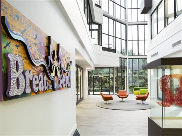文章导读:本案办公室位于加拿大温哥华,面积约24000平方英尺,新的办公室经由设计师的精心安排,别有一番味道。下面,就同专业办公室设计公司的小编勃朗设计一起欣赏这个美丽的国外办公建筑吧!   设计师以巧妙的心思将一个尴尬的区域改造成带有水景的等待区。接待处旁边新做的楼梯,将楼上部分和公共区域连接起来,这样的办公室设计尤其受到一些具有健身意识员工们的喜爱。   楼梯在被叫做Project Driftwood的三层生活墙前面被分层,这样的设计既增加了接触大自然的机会,又能改善空气循环。位于中间部分是带有伸缩