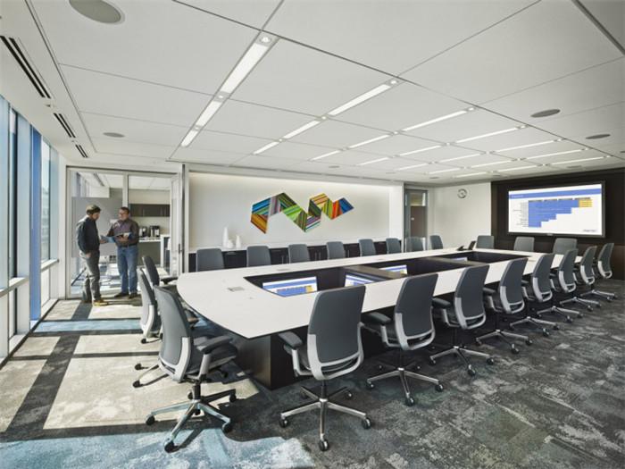 文章导读:会议室是办公室的一个重要部分,无论是中小型办公室还是大型办公室一般都会设有一个会议室。因此,在办公室设计中,会议室空间的布局设计也极为重要,室内布局需要精心设置。那么会议室布局有哪些要求呢?下面就同上海勃朗设计的小编一起来看一下吧!  会议室/教室内布置应大方而简朴,能逼真地反映现场人物和会议环境,使与会者有临场感、一体感以达到 视觉、语言交流的良好效果。 远程会议室/教室中传送的图像包括人物、景物、图表、文字等,应清晰可辨。 远程会议室室内需要保持事宜的温度、湿度、空气流通度,使与会者感到舒适