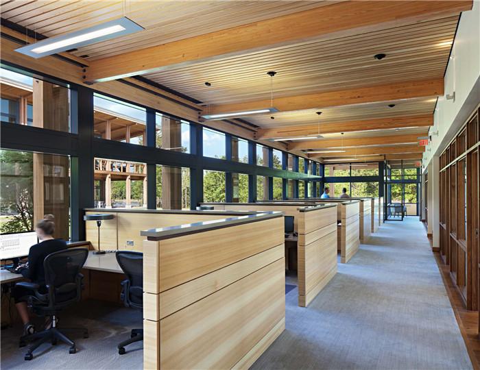 建筑功能齐全,室内设有中央休息室,内设有大厨房,咖啡厅,软垫休闲座椅