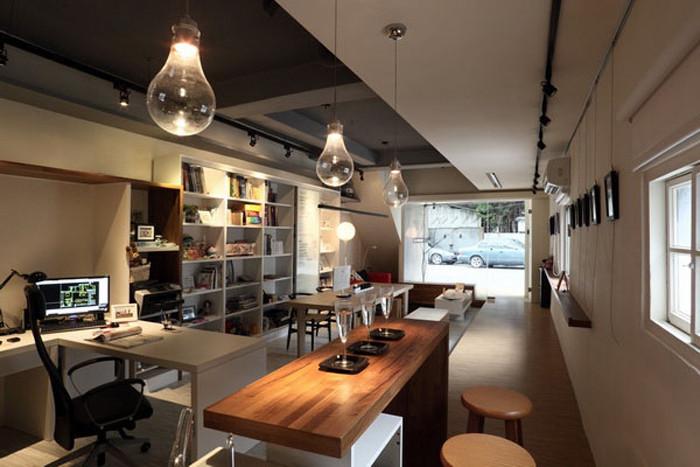 文章导读:设计师将随手可得的生活观察,透过笔墨色彩漆涂于工作工作室内,充满诙谐感的手稿绘画,为空间增添趣味性。下面,就同上海勃朗空间设计机构的小编一起欣赏这个现代创意办公室设计方案吧!  若干大的空间里,透过元素的组合,也能让小空间有了大应用。吧台,是员工们最好交流并延续感情的地方,在这里,员工可以轻松自在的交流思想,分享生活。