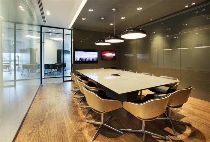 文章导读:为了满足公司的发展需求,Metrocity公司在土耳其的伊斯坦布尔建立了新的办公室,办公室空间简单而温馨,具有现代特色。下面,就让上海勃朗专业办公室设计公司的小编带您走进这个温馨的空间吧!   办公室接待处专门定制了中性色调石材和家具。整个办公室设计完全按照公司性质和需求定制。