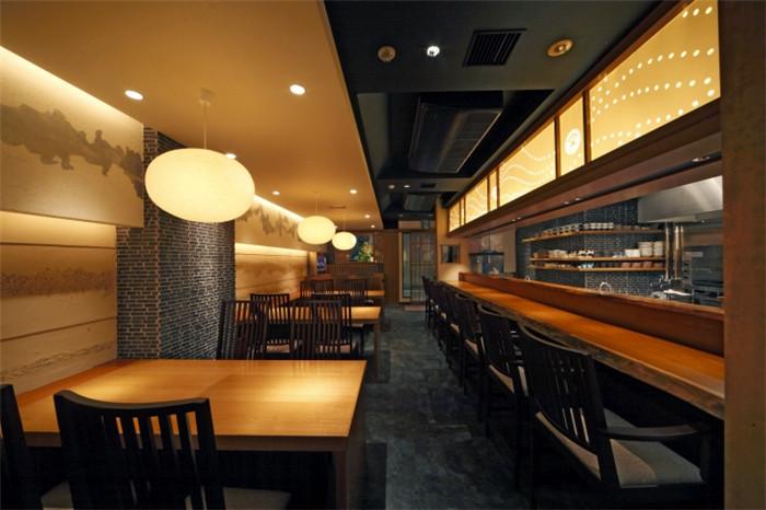文章导读:KAY料理餐厅位于日本兵库县,是一家经营地道日式料理、很有情调和氛围的特色餐厅。餐厅外观并不出众,宛若一个安静而美丽的女子,在夜晚的灯光下更加迷人。   餐厅室内规划为三个区域:吧台区、散台区、包房区,以青石板和木质地板作为功能区分。设计师最大限度的保留空间原有的朴质感,在墙面以传统手工艺波纹壁纸装饰,暗藏的灯槽精致而富有美感。