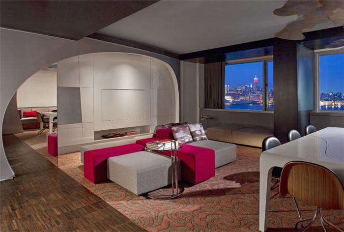 文章导读:霍博肯W酒店与曼哈顿遥遥相望,坐拥哈德逊河对岸得天独厚的地理位置,在尽情欣赏壮丽迷人的纽约天际线之余远离都市的熙攘喧嚣。这座设专计考究的临水建筑为国际名流和本土追随者营造出一个时尚雅致的氛围。今天,就随BLD勃朗设计小编一起欣赏这个四星级精品酒店设计方案吧!   宾客通过一个4层楼高的专用通道进入酒店,项上覆盖着暖色调的天然木质饰板。光彩熠熠的不锈钢网状帘幕可以随着情调和氛围的变换而呈现不同色彩,盛情引领宾客从酒店前台进入酒店的时尚休闲厅。   温润浓郁的色彩和纹理融人铜雕壁画、光滑的干邑酒色皮