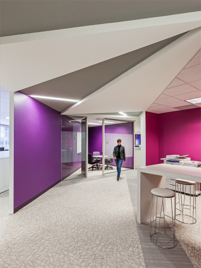 文章导读:一个美国国际决策系统公司新办公室办公室是在原有空间的基础上重新装修的,办公空间面积大约22500平方英尺。下面BLD勃朗设计与您分享的就是这个办公室装修设计案例。   项目本身的目的是打造出一个具有吸引力的,用于创业的空间。为了与这种创业的企业精神相匹配,IDS公司还要求设计团队尽可能的再次利用他们现有的各种装修材料和家具。   本案办公室设计灵感主要来自于IDS员工们的开发的软件作品。作品图形所表现出来的相关性和凝聚力,被设计师们灵活的运用在整个办公室的各个地方。他们在天花板和地板的设计细节上