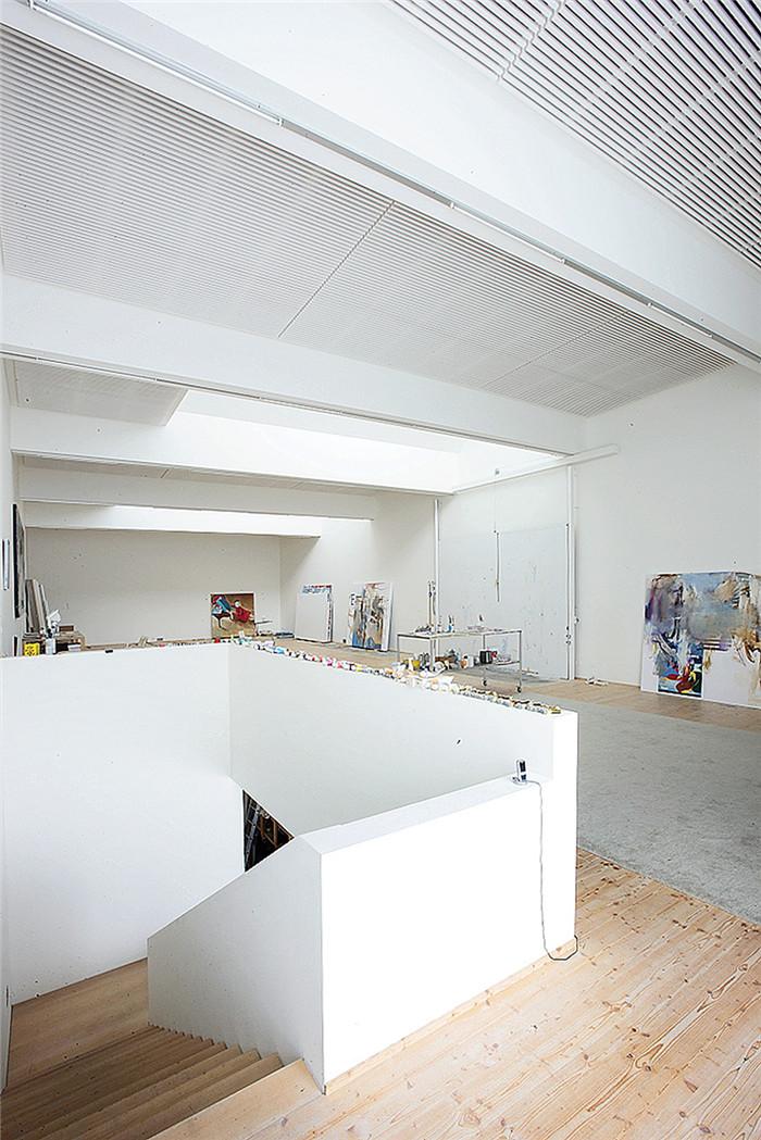 文章导读:这是位于瑞士的一个艺术家的小型办公室,因为当地积雪,以白色色调为主建筑嵌入地面,也很有趣味。今天,BLD勃朗办公室设计公司小编一起走近这个办公建筑吧。   工作室中有一个开敞式平面布置的空间和一个半地下室的贮藏室。工作室中的一个大型落地窗将工作室与外部的风景连接在了一起,两个天窗为工作室带来了自然光。办公室设计简约舒适,是尽情创作的好地方。   主建筑体量和天窗都是三角形的,所以在山腰上显得很显眼,工作室也有了独特的轮廓。设计师使用工业表面材料、建筑体量和白色的色调来合理的模仿工作室周围的住宅建
