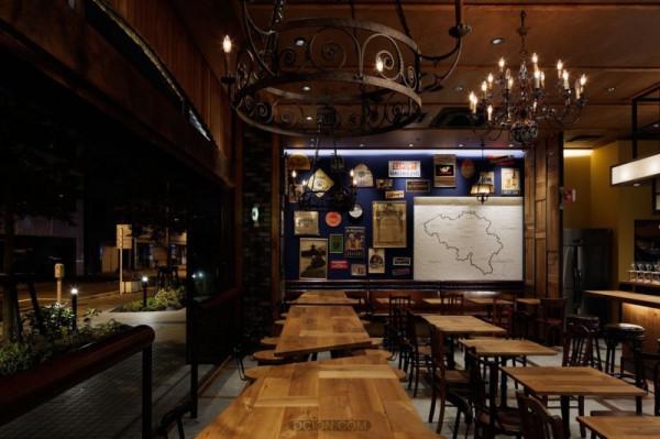 文章导读:森贝尔是一个啤酒厂的名字,这个啤酒厂在比利时啤酒的历史中还留有印记。由于在这个啤酒厂酿造的酒具有独特的味道,让品尝这种啤酒的批评家和鉴赏家的心都醉了,由此,对这种啤酒的出口恳求来自世界各地。一个小酒馆以一个如此著名的酿酒厂命名,在世界上东京是第一次。