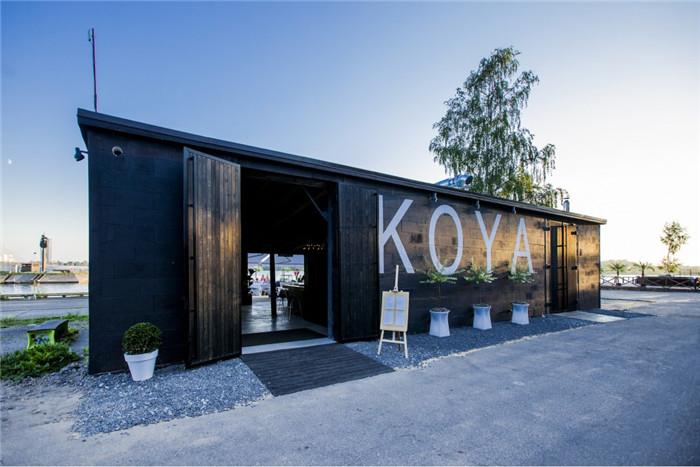 文章导读:KOYA餐厅休息室酒吧位于里加的工业区,这里现在有艺术家的工作坊,废弃的前苏联时期的港口建筑,还有游艇俱乐部。所有这一切都形成了一个自然的区域,融合了城市的动感、多变的特征以及不同的精神。   餐厅的名字高野,在日文里的意思是披屋、遮阳棚。该餐厅设计理念延续区域内现有的空间氛围和风格,保留并且以一种创新性的方式参与其中,同时,在餐厅中加入现代的气息。室内的设计着重于对比以及素材构成的大平面和大形态,而不是着眼于装修和小细节。餐厅建筑是披屋的形式,为了保持棚(现有的木天花板没有变动)的效果,在使