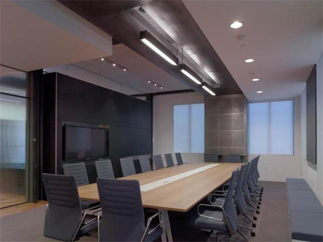 文章导读:Innocean Worldwide的新办公室位于美国加州,在这个现代特色办公空间,你还可以亲身体验到一种海滩氛围。下面就同勃朗办公室设计公司小编一起欣赏这个国外现代办公空间吧。   这是一个鼓励人们认真思考探索的地方,也是一个适于工作、会谈和生活的地方。虽然设计师使用了不同的几何造型,但是这里整体的设计细节干脆利落。   双层高的接待处利用这栋两层建筑的总层高,打造出一种回家的感觉,同时,这样的办公室设计在视觉效果上也与入口处非常统一。办公室最好的观海地点在公共会议区,那里包括一些灵活的会议室