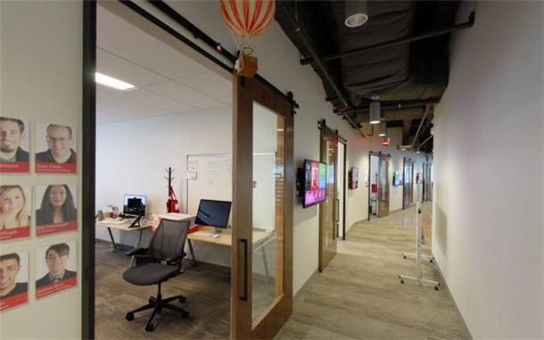 文章导读:CustomInk一个受欢迎的在线电子商务公司,公司强调主题是社区,设计团队创造了独特的社区,社区整个中心包括组队地区,接应空间,独特的海湾和连接的地方。   这是一个现代特色办公空间,办公室装修设计别有创意,例如弧形楼梯上面吊饰没有选择豪华的玻璃吊灯而是选用了手工的纸鹤挂饰。   每个社区都是由木板连接到下一个木头大道蜿蜒贯穿三层楼,是由两个三层楼高的螺旋式楼梯挂靠。一个三层楼高的巨大的弧形楼梯强化了连通性和社区的感觉。   来源:http://www.
