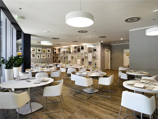 文章导读:这是意大利的雀巢公司的新办公室,这是一个动态的精品办公空间,灵活的空间布局和精心的空间设计打造了一个优秀的办公室,完美的展现的公司的企业形象。下面,就同BLD勃朗办公室设计公司小编一起走进这个现代办公空间吧。   项目理念是打造一个和企业文化和办公要求相符的办公室,按照这一理念打造的不同的办公楼层中,有着不同的办公区域,这里有开放式的办公区,也有着不同大小的会议空间,为了特定的工作需要,还设置了安静的办公区域以及电话间。