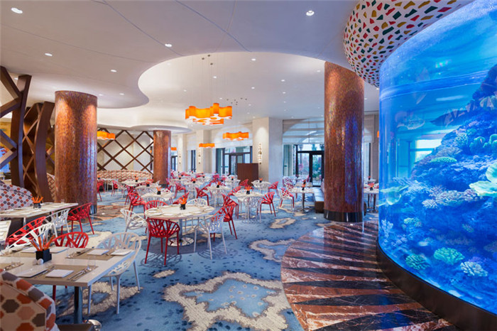 文章导读:本项目是一个主题类型的酒店,以海洋生态为主题核心,已然成为中国最大的此类型的酒店,它就是长隆横琴湾酒店。下面,郑州主题酒店设计公司勃朗设计小编一起欣赏这个顶尖的海洋生态主题酒店吧。   酒店邀请了顶尖的建筑师和室内设计师以及景观设计者参与酒店项目中来。来自美国的设计团队将海洋主题融入了酒店每一个角落:大堂入口处的巨型吊饰,由八爪鱼演变而来,远看像是一项顶皇冠;入口走廊两侧的花园喷水池,则是海象家族的休闲之地.