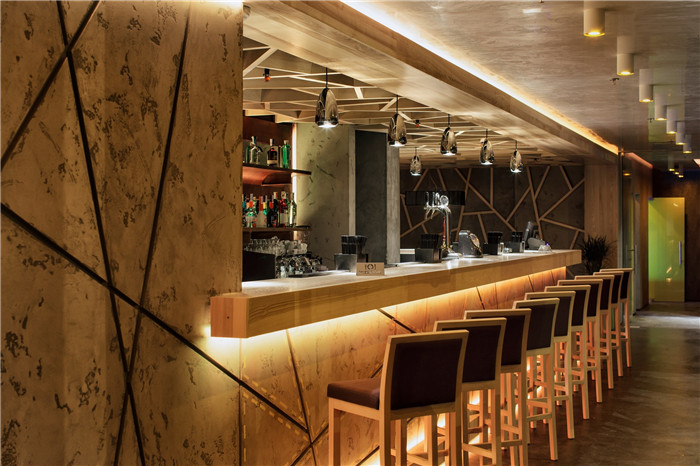 文章導讀:本案餐廳是閣樓風格。隨著產業趨勢象征的發展,如混凝土結構和表面、銹色的金屬和玻璃,銹色金屬在歐洲很受歡迎,從雕塑到對外立面不同形式的建筑部分都可以看到銹金屬。下面就和鄭州專業餐廳設計公司勃朗設計小編一起來欣賞!   入口大廳是任何機構的代表性名片,而在餐廳混凝土入口大廳呈現以水平招牌(由厚20毫米的混凝土板制作而成,應該指出的是,制作這種混凝土厚度的技術是專門為這個項目而研發的)和由銹金屬制成的7米高的垂直柱子。