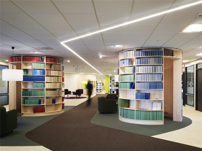 文章导读:这是瑞典SVENSK Travsport公司的办公室,色彩活跃的办公空间现代别具现代时尚和创意。这间办公室的改造重新诠释了公司的品牌文化。下面,就同郑州办公室设计公司勃朗设计小编走进这个办公空间吧。   办公室室内空间色彩丰富,为员工营造出一个轻松活跃的工作氛围。设计师为员工打造出了一个很有个性的办公室。