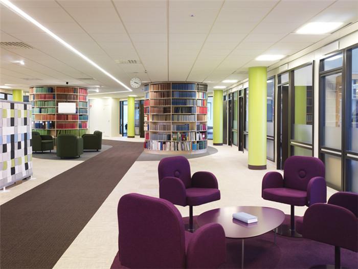 文章导读:这是瑞典SVENSK Travsport公司的办公室,色彩活跃的办公空间现代别具现代时尚和创意。这间办公室的改造重新诠释了公司的品牌文化。下面,就同郑州办公室设计公司勃朗设计小编走进这个办公空间吧。   办公室室内空间色彩丰富,为员工营造出一个轻松活跃的工作氛围。设计师为员工打造出了一个很有个性的办公室。办公室书柜呈圆形,围绕出一个私密而独立的空间,各种书籍装饰着这个书柜,也装点了整个空间。   这是一个很有个性的时尚创意办公室设计。办公室不同的区域有着不同的味道,这里有紫红色的沉稳大气,也有