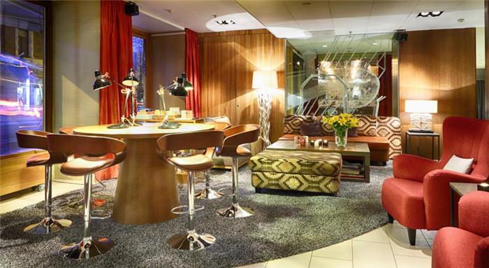 文章导读:赫尔辛基克劳斯K酒店的灵感来自芬兰民族史诗、自然及戏剧的感性对比,承载着芬兰最优秀的建筑与文学传统的印记。下面,就同勃朗专业酒店设计公司小编一起走进这个四星级酒店空间吧。   酒店建筑是一座颇有历史的地标,经由设计师打造成为全新的克劳斯K酒店。酒店坐落在1 9世纪后期的Rake建筑中,将芬兰民族史诗《卡勒瓦拉》以一种亲切的气息贯穿全酒店。   这是一个别具创意的主题酒店设计案例。酒店的137间客房都拥有一个主题,阐述《卡勒瓦拉》的主要感情元素一欲望、激情、神秘和嫉妒。酒店客房空间低调而神秘、经典