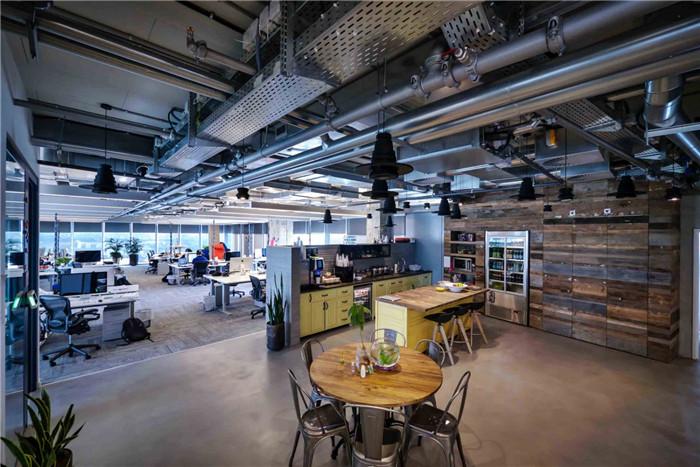文章导读:这是位于以色列的Facebook 公司的办公室,办公室包括四层,办公室空间布局重要鼓励员工之间的合作交流,整个办公空间呈开放流动的布局,很具动态感。下面,就同勃朗办公室设计公司小编一起走进这个办公空间吧。   那不同的座位区和工作区、独特而非同一般的邂逅式设计、透明而变化的空间,这一切都是为了最大限度的激发出员工的灵活性、自发性和创造性。   装修材料和建筑元素都经过设计师的精心挑选,并被赋予了新的意义,目的就是为了衬托出那些独一无二的手工艺品,比如,厨房的护窗是用具有圣殿时期特色的百叶窗改造来