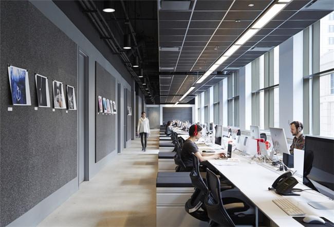 文章导读:这是一家位于芝加哥的广告代理公司的办公室,充满活力的办公空间为员工提供了一个不错的办公环境,让员工可以在这里发散思维、发挥创意。下面,就同勃朗空间设计一起走进这个办公空间吧。   办公室装修设计理念是改造出一个开放式的办公布局,首先,设计师将原先分布在办公室周边的那些个人办公室全部拆除,然后再在所有的会议室里都装上大大的玻璃,这样可以让自然光通透的照射进来。   这里还使用了创新的座位方式,比如在分隔区那里的露天座位,就是考虑到大型会议而特意设置的。为了实现客户所说每个物体表面都要具有一定功能这
