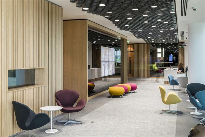 文章导读:项目是位于英国伦敦的办公室Hammerson PLC总部办公场所。公司希望可以为员工创造一个舒适而富有活力、创造力的办公空间。今天,就同勃朗专业办公室设计公司小编一起走进这个办公室吧。   Hammerson的办公空间如同真实的零售场景,向员工、股东、以及客户展现出其庞大的零售网络版图,以及所秉持的可持续发展理念。凭借其独到的见解创建一个深入人心的、充满正能量的Hammerson品牌形象;令每一位员工为之骄傲,成为品牌的传道者。一进入圆形接待大厅,就可纵览零售展示和配套营销策略,展现出Ha