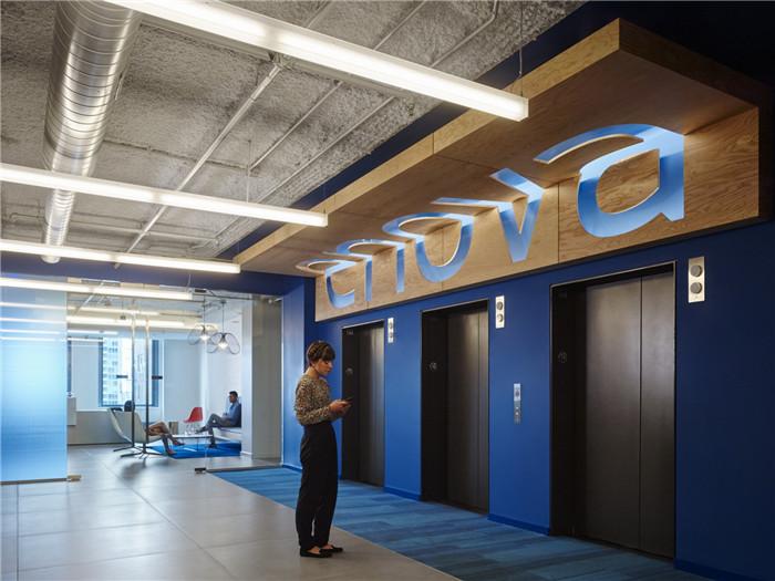 文章导读:位于美国芝加哥的Enova数据分析处理公司的新办公室,面积约160000平方英尺,是一个现代特色办公室。下面,就同勃朗办公室设计公司小编一起欣赏这个国外办公室吧。   本次重点打造了分散式的开放协作区和电话间,工作区里开放或者封闭的会议区,也在一定程度上大大缓解了会议室的周转压力。  设计师还为员工们打造了一个大体量的午餐室,里面配备了具有各种座位的高科技游戏房,用以鼓励和促进员工之间的沟通交流。  这里的办公室装修设计完全配得上Enova公司的高技术水平,同时也完美体现了快乐而有创造力的公司文
