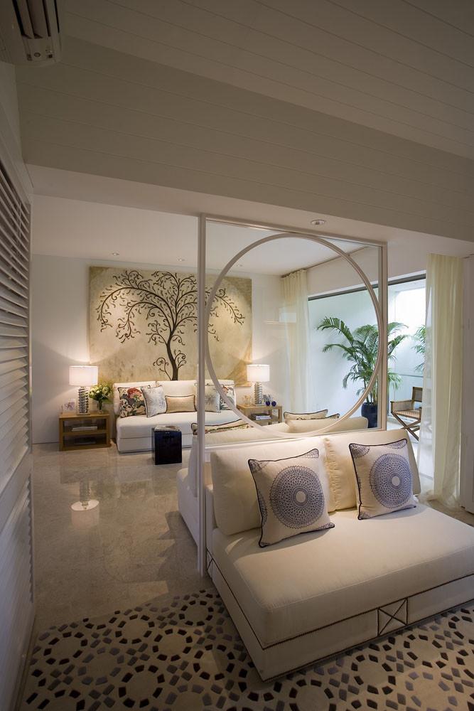 文章导读:从此案的客厅空间来看,设计师选用温柔的米色、白色作为主要色调,不论是窗帘或是抱枕,均带有典雅的织纹,用小地方的纹理提升整体的视觉效果,使得空间的氛围显得独特、优美。  透过镜面的反射,延伸了空间的视觉效果。尤其是沙发后的主题墙,用线条组成的树,微微弯曲的枝枒,显现出其柔美的特质,和空间达到完美呼应,展现了一种独特的女性特质。