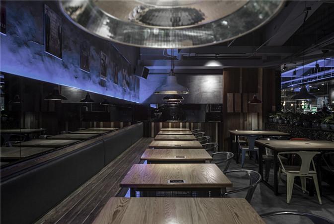 文章导读:多数人对中国小龙虾餐饮的印象是环境普通、大锅菜,食用过程较为脏乱。在餐厅设计之初我们与业主讨论许多关于品牌定位的沟通,从菜品的数量与厨房区域的比例计算,并精算座位之间的尺寸,分析了许多餐饮模式,发现小龙虾餐饮其实更类似美式啤酒餐厅的概念,较为单一化的产品,强调热闹、欢腾,适合朋友聚会的一种餐饮。