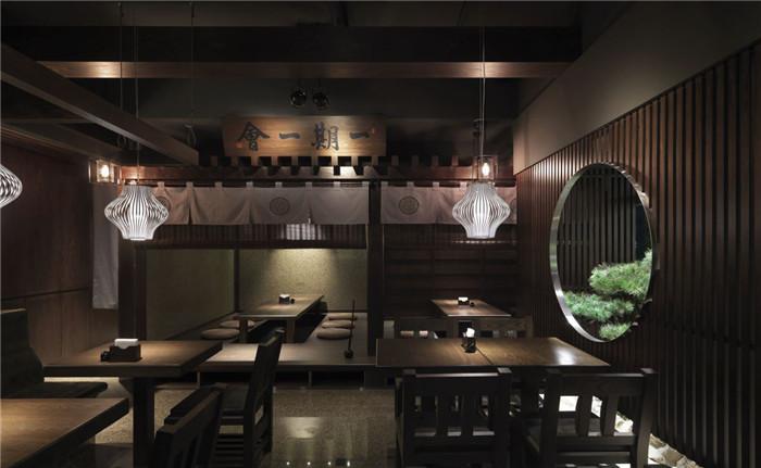 文章导读:这次荣幸为AMO蛋糕的新品牌「初心菓寮」做设计,并且以居家规格打造整间店。餐厅设计公司特别参考日本江户时代的建筑为发想,整体空间的建材以木材为主,并特别规划出日本传统的茶室、庭院景观、玄关等,希望让进入到这个空间的人从外观到二楼的用餐环境,都可以感受到日本老房子的宁静和细致。    在现代感的建筑下,可以看到黑色的招牌结合格栅、灯笼及日本瓦,让人从门口就可以感受到浓浓的日式风情,进入到一楼的顾客接待区,如木屋架构的天花板设计、收纳及展示的柜子,都以木材打造呈现出江户时代的建筑感。    当走上二