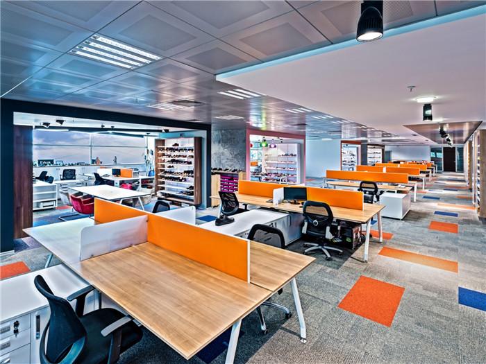 文章导读:本案是土耳其Ziylan鞋业零售公司位于伊斯坦布尔的新办公室,办公室空间温馨时尚而别有创意,是一个舒心的办公场所。今天,勃朗办公室设计公司小编就带您走进的就是这个很有意思的国外办公空间。   Ziyan公司积极主动的动态架构,还有公司的奋斗历程可以作为这个办公室的设计主题,因此,设计师的意图,是恰当而合理的利用并整合这个动态的可移动的循环工具,再在活泼靓丽的色彩衬托下,更好的展现出公司形象。、   这个工作空间以开放式的布局为基础。办公室设计中工位布局的原则,是不妨碍不同类型工作内容的交流沟通、
