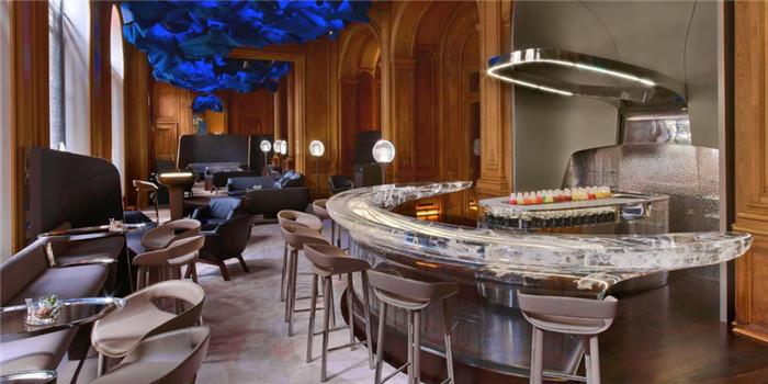 文章导读:在这个看脸的时代,餐厅酒吧的室内装修设计也不能马虎。没有大师般的?#20260;?#22937;想,没有惊为天人的颜值视觉效果,你都不好意思说自己经营的是什么,拿什么来吸引看脸的顾客。今天勃朗设计小编就为您细数全球最佳餐厅酒吧设计案例,正正三观与口味儿! 第七届英国餐厅酒吧设计大奖日前揭晓2015年获奖名单,来自比利时的The Jane餐厅获得总体最佳设计餐厅?#20445;?#24403;选本年度颜值担当。  图为欧洲最佳餐厅:比利时安特卫普The Jane  The Jane餐厅由一座军事医院教堂改建而成,保留了原有的建筑结构。餐厅中央重达