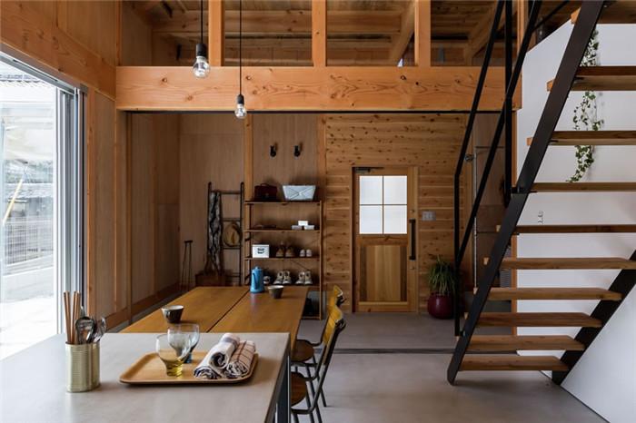文章导读:木造的建筑有种迷人的魅力,人居住在于木质建材的空间中,可以使心灵增添安定与平静的疗愈感。日本ALTS Design Office近期发表了一间内部线条时尚利落的木质别墅设计案例,从梁柱到地板以原木与铁件作为气氛基调,点缀简单的 LOFT风家饰于其中,轻松写意地营造出既现代又舒适的疗愈系住宅!     来源:http://www.