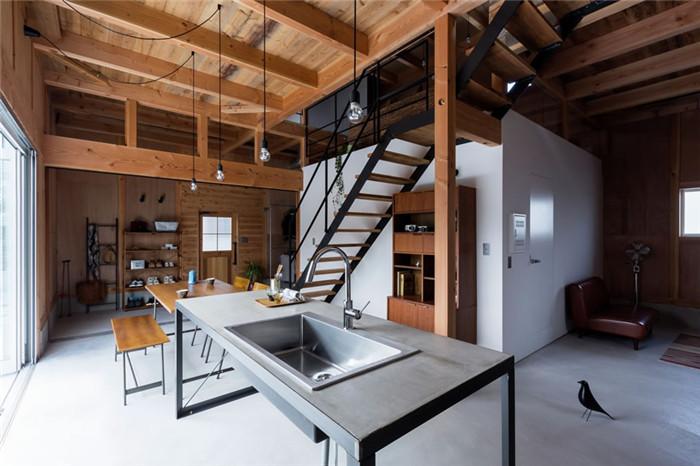 文章导读:木造的建筑有种迷人的魅力,人居住在于木质建材的空间中,可以使心灵增添安定与平静的疗愈感。日本ALTS Design Office近期发表了一间内部线条时尚利落的木质别墅设计案例,从梁柱到地板以原木与铁件作为气氛基调,点缀简单的 LOFT风家饰于其中,轻松写意地营造出既现代又舒适的疗愈系住宅!