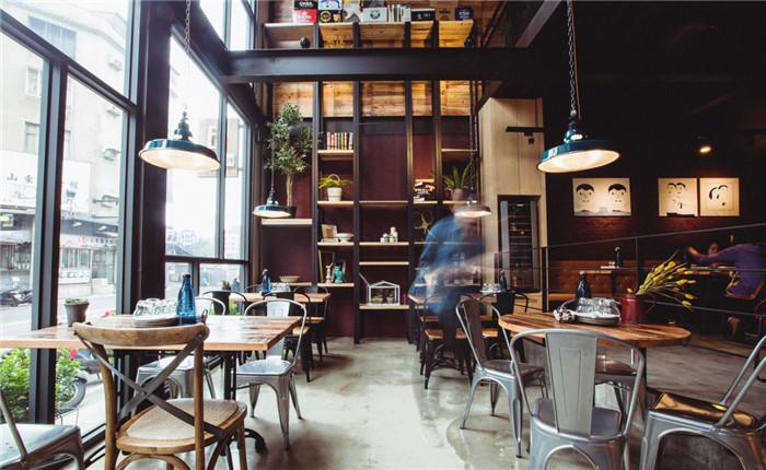 文章导读:位于新竹市东区的60坪Loft风小酒馆名为「EISEN bistro」,将「谷仓」作为空间主轴,且呼应店名「EISEN bistro」,以德文「EISEN」带出「铁」的意涵,采大量铁件元素运用于空间设计之中,同时加入杉木模板、水泥粉光、红砖等建材,构筑出融合异国情调、城市摩登感的工业氛围,让到访顾客在畅快吃喝之余,也能感受到家居般的闲适!