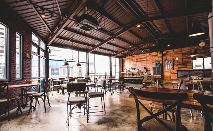 文章导读:位于新竹市东区的60坪Loft风小酒馆名为「EISEN bistro」,将「谷仓」作为空间主轴,且呼应店名「EISEN bistro」,以德文「EISEN」带出「铁」的意涵,采大量铁件元素运用于空间设计之中,同时加入杉木模板、水泥粉光、红砖等建材,构筑出融合异国情调、城市摩登感的工业氛围,让到访顾客在畅快吃喝之余,也能感受到家居般的闲适!   整体空间兼具咖啡馆、酒吧与餐厅功能,充满了不拘泥主题的随兴风格。整个餐厅酒吧设计保留了木料、红砖、铁件等材质的原始样貌,维持一股自在氛围,同时点缀带有工业