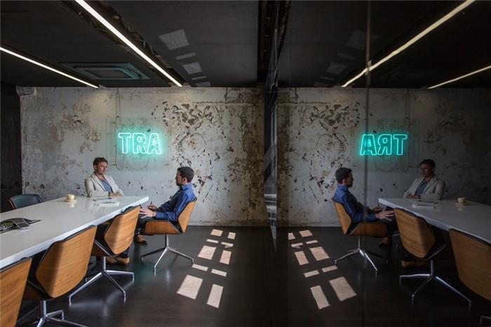 文章导读:这是一个位于新西兰的科技公司,低调工业风的办公室风格给营造以沉稳而别具科技感的氛围。下面,郑州办公室设计公司勃朗设计小编为您介绍的就是新西兰TAR办公室。   这间办公室在一栋具有110多年历史的古老建筑里,占据了整个面积400平方米的最顶层。   这里的办公室装修设计理念就是为了定义公司品牌,在这个具有历史意义的建筑里,打造出一个渐进式的办公空间。实用的规划融合在现有的结构框架之中。覆盖着镜面材质的空间,抽象的反映并强调了这栋建筑的悠久历史。   来源:http://www.