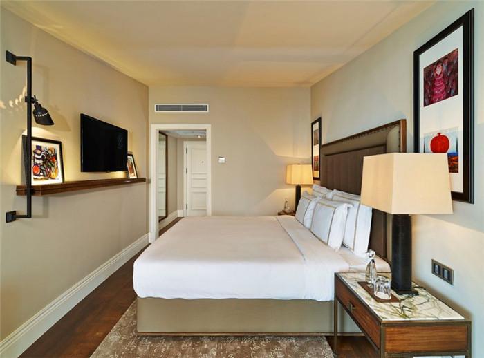 文章导读:本案酒店位于土耳其的伊斯坦布尔,修葺一新的Vault Karaky, The House Hotel酒店坐落在伊斯坦布尔朝气勃勃的新文化区,是一座气势恢宏的19世纪古典建筑。下面,就同勃朗精品酒店设计公司勃朗设计小编一起走进这个酒店吧。   酒店内部的现代装饰已然与古色古香的建筑风格完全融为一体,而地窖艺术俱乐部更是当地十分活跃的艺术舞台。酒店客房空间简约精致,雅致舒适,来此住宿一晚也是相当不错的。   土耳其沃尔特卡拉科豪斯精品酒店设计包括多个功能空间。来到这里,不妨在酒店餐厅享用现代地中