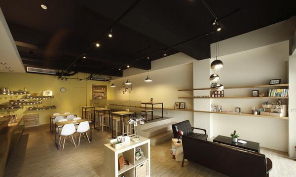 文章导读:拥有一家咖啡店是许多人的梦想,近年来受日韩风潮影响,台湾的咖啡店也渐渐越来越有「型」。这些不甘于职场体制,喜欢旅行与设计,追求生活品味的人,他们可能是设计师、杂志编辑、广告人,或自由工作者。今天勃朗设计小编为您推荐的是设计就是不一样极具风格的特色简约咖啡店设计说明!   本案远离商业中心,是一家极具风格的特色咖啡店,仅仅 19 坪的空间,可容纳数十位来客。在简约风格的设计之下,设计团队用大量的实木材质,搭配铁件运用,座位区则以阶梯区隔出层次,并且设计了沙发组,四人桌,长桌,吧台等,以应付不同来